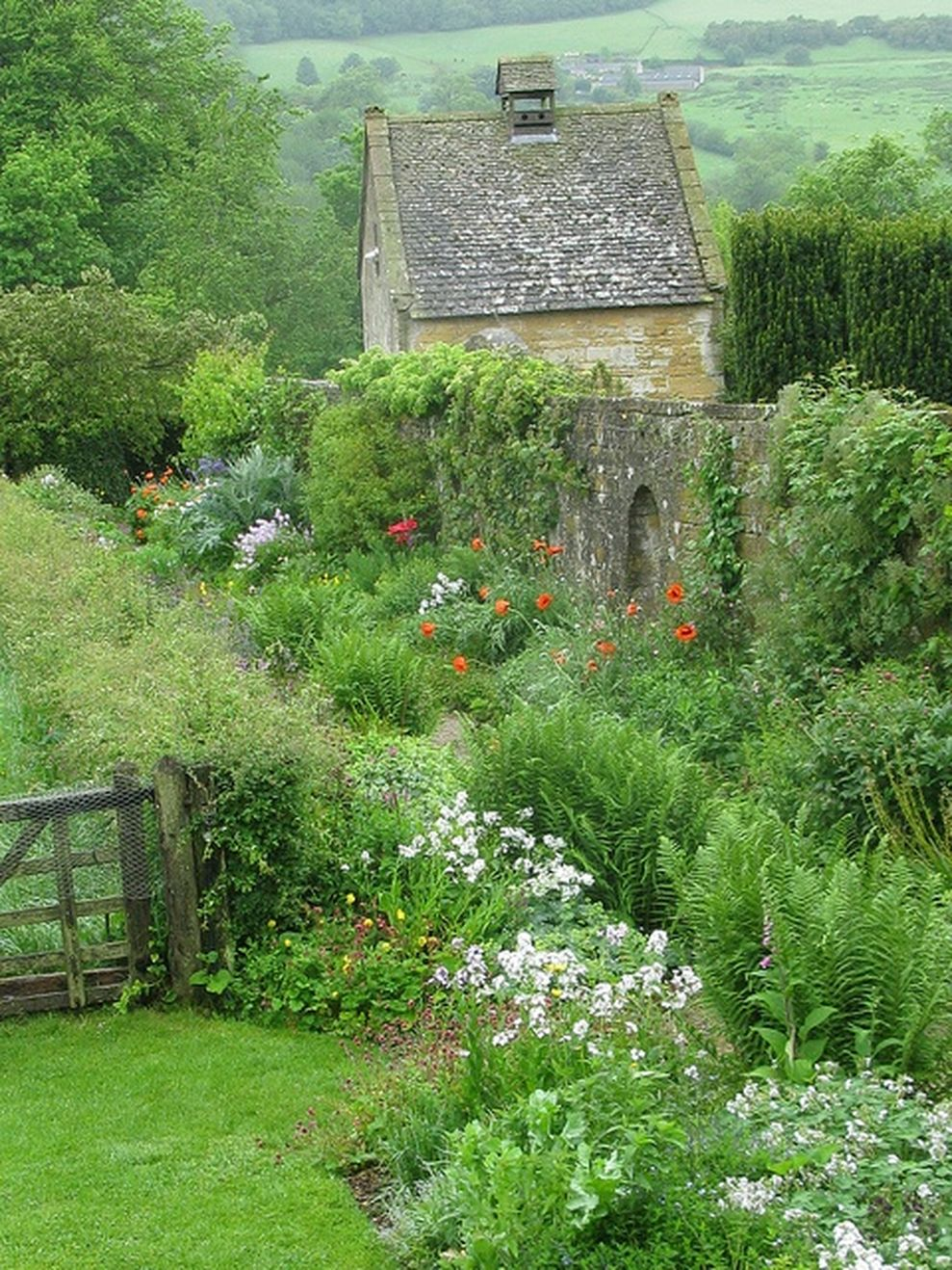 Beautiful french cottage garden design ideas 10 - ROUNDECOR