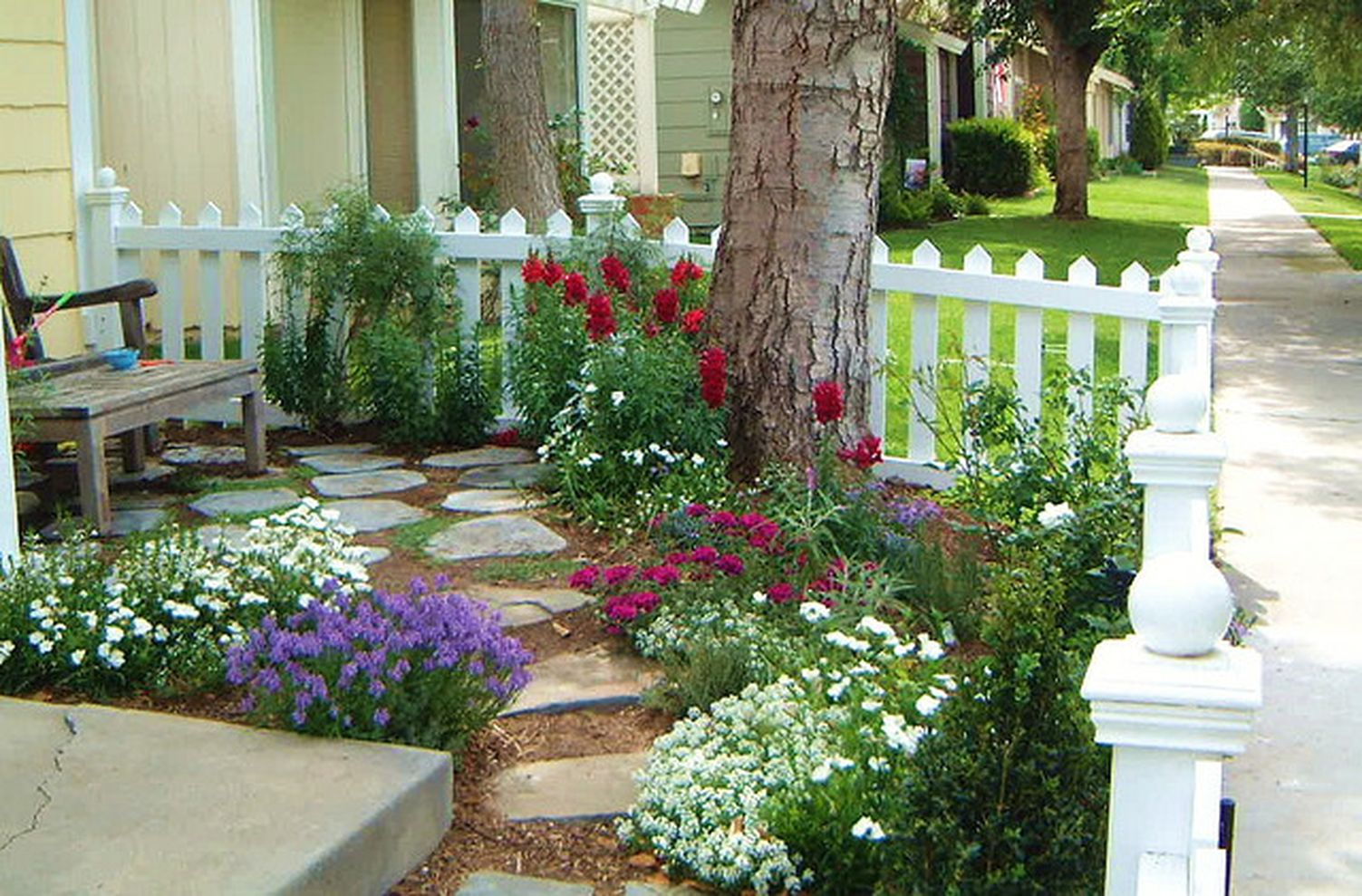 87 Cute and Simple Tiny Patio Garden Ideas - Round Decor