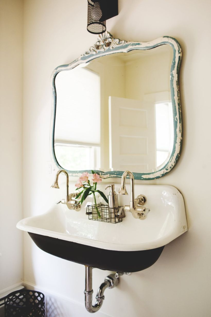 Vintage farmhouse bathroom ideas 2017 16 round decor for Old farmhouse bathroom ideas