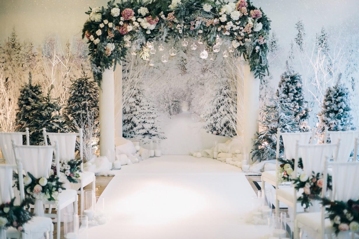 Spectacular winter wonderland wedding decoration ideas 4 round decor 1230 820 in 37 spectacular winter wonderland wedding decoration ideas junglespirit Images