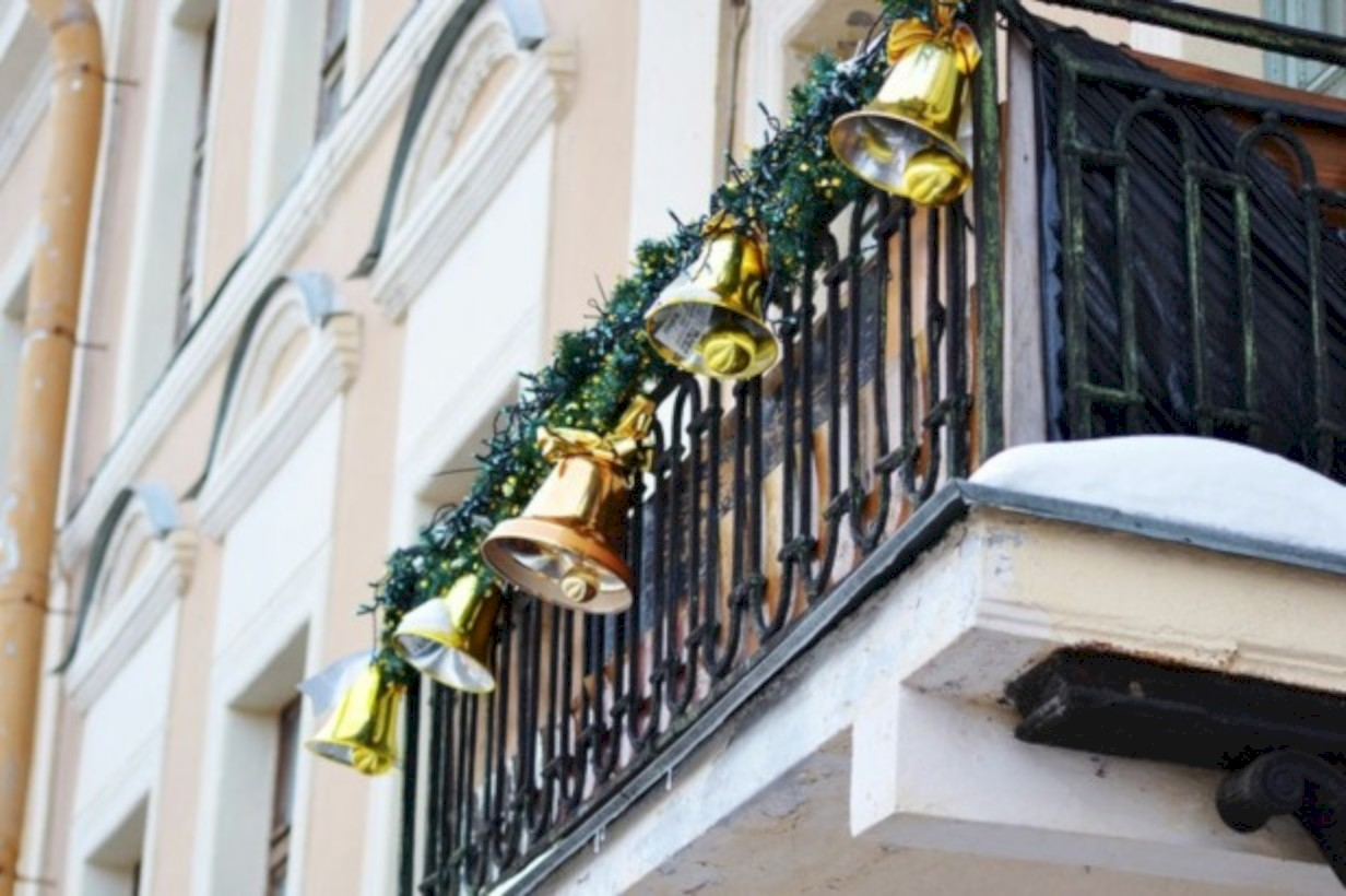 14 Awesome Christmas Decoration Ideas for Your Balcony - ROUNDECOR